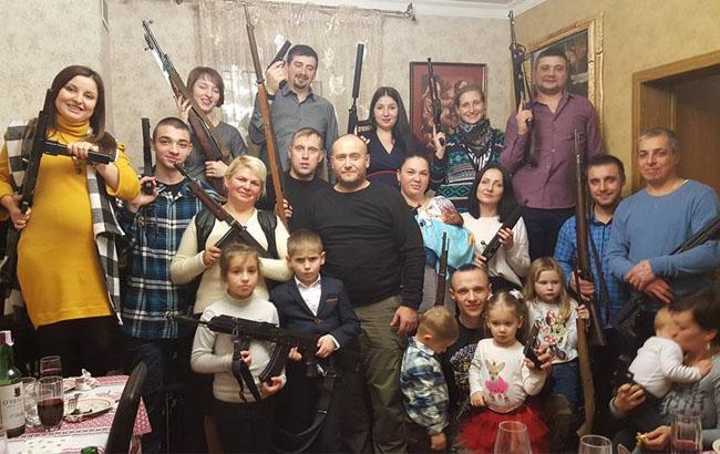 Фото: Ярош на крестинах внука Устима (Facebook)