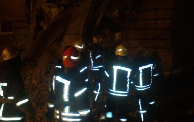 Cотрудники экстренных служб достали из-под завалов здания вЧернигове тело погибшей женщины