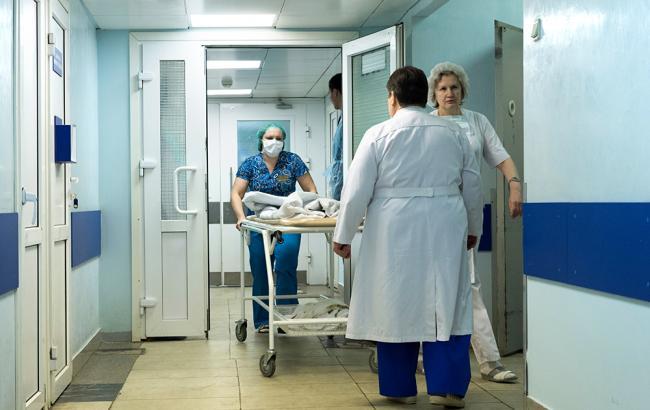 У Росії жінка з гіпсом поповзом піднімалася по поверхах лікарні
