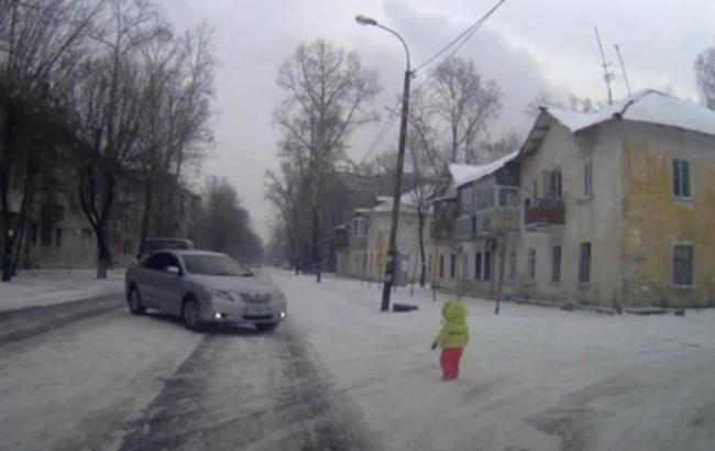 Фото: Ребенок вышел на дорогу