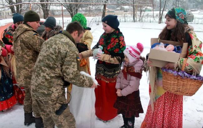Діти з прифронтового селища зворушливо защедрували воїнам АТО