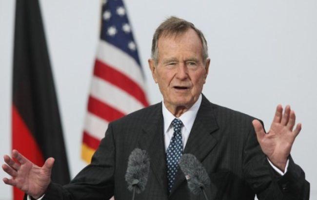 Буш-старший иего супруга Барбара идут напоправку