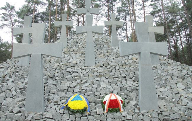 Польша направила Украине ноту из-завандализма накладбище под Киевом