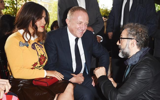 Показ Gucci в день открытия Миланской недели моды посетили Сальма Хайек и Дакота Джонсон