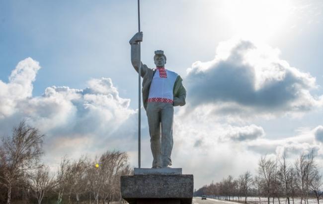 Фото: Пам'ятник у вишиванці
