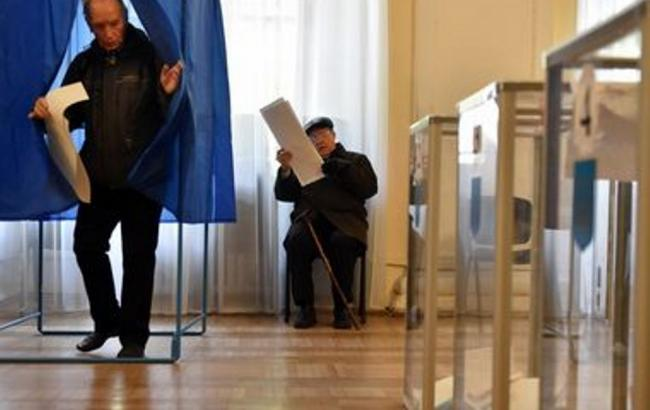 В Івано-Франківській області місцевий житель виніс за межі виборчої дільниці два бюлетені