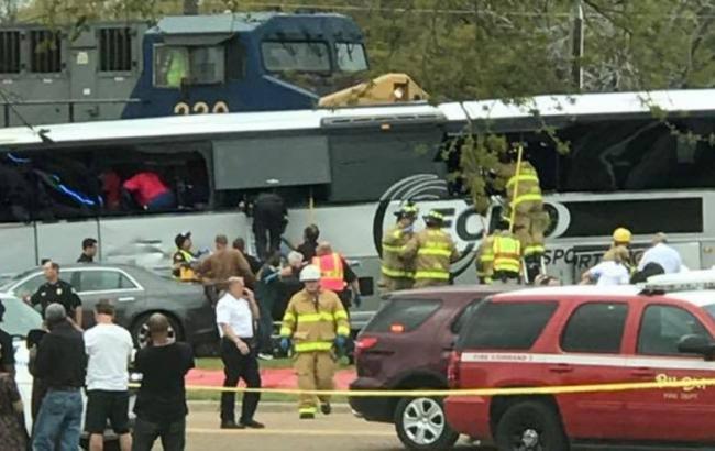 Поезд столкнулся савтобусом вамериканском штате Миссисипи