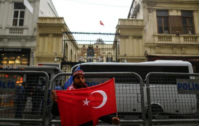 У Туреччині в ході протесту активісти зняли прапор з генконсульства Нідерландів