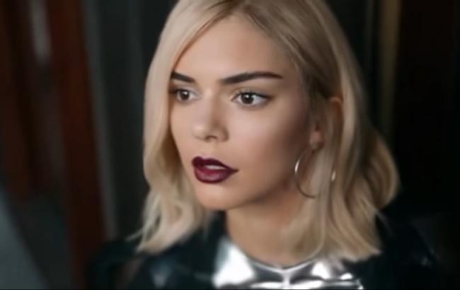 Pepsi представила нову провокаційну рекламу із сестрою Кім Кардашян  Американську 21-річну модель Кендалл Дженнер розкритикували за зйомку в  рекламі компанії ... f9ece664cd336