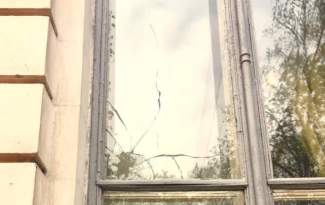 Фото: Разбитое окно здания (facebook.com/volodymyr.viatrovych)