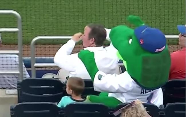 Плюшевий алігатор врятував дитину від удару під час матчу в США