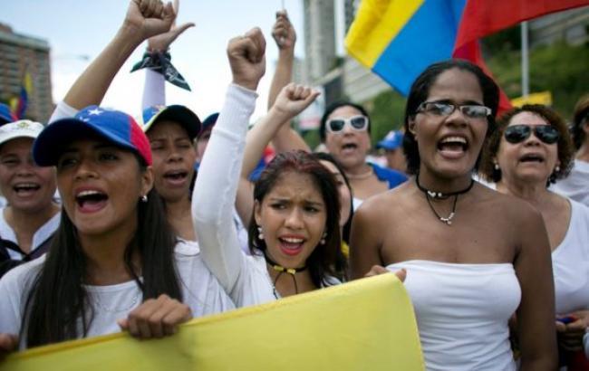 Около 400 человек пострадали впроцессе антиправительственных манифестаций встолице Венесуэлы Каракасе
