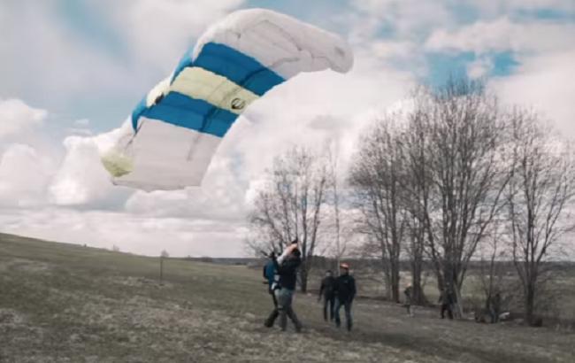Латвійський парашутист вперше в світі стрибнув з дрона