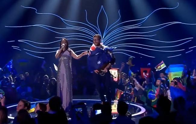 Фото: Віталій Седюк на сцені з Джамалою (скріншот youtube.com/Do you care)