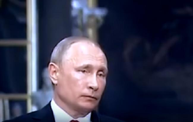 """Мережу розсмішило відео з """"жалюгідним Путіним"""" на зустрічі з Макроном"""