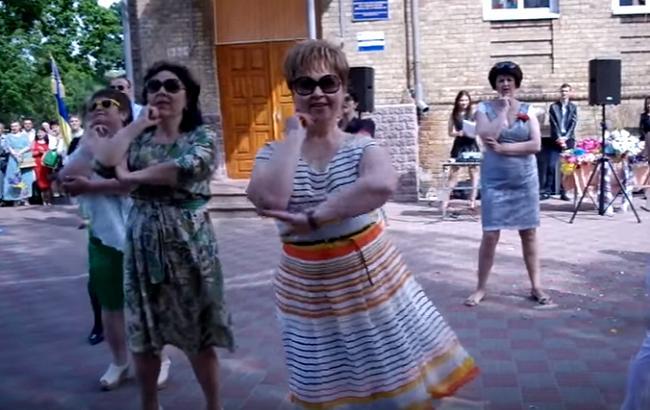 Учителя Киевской области станцевали на школьной линейке (youtube.com/Катя Бондарчук)