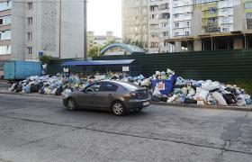 Подекуди в районах Львова купи сміття набагато більше і вище проїжджаючих повз автомобілів