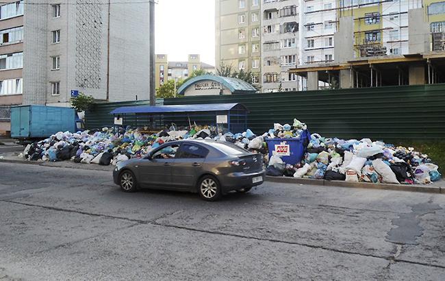 Кое-где в районах Львова кучи мусора намного больше и выше проезжающих мимо автомобилей