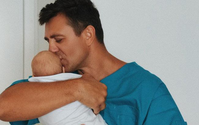 Фото: Микола Тищенко з новонародженим сином (instagram.com/nikolaytyshchenko)
