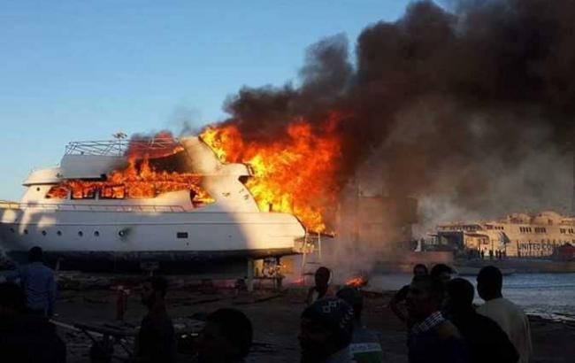 Фото: пожар на судне (egyptindependent)