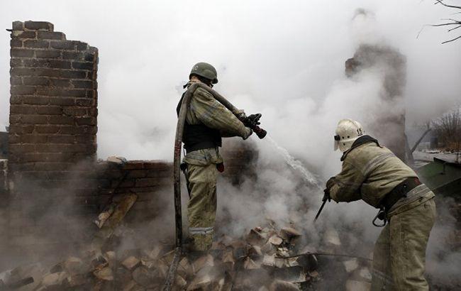 Фото: співробітники ДСНС ліквідовують пожежу (УНІАН)