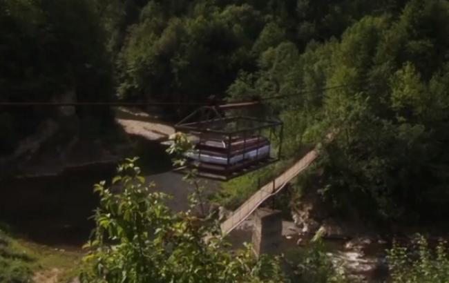 У карпатському селі покійників до церкви переправляють через річку канатною дорогою