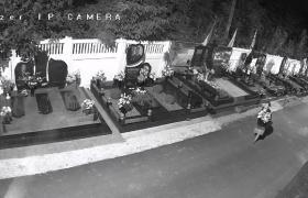 Вор на кладбище (Скриншот/facebook.com/ksenya.kaplinskaya)