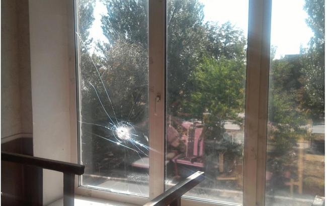 Фото: последствия обстрела школы Марьинки (facebook.com/ato.news)