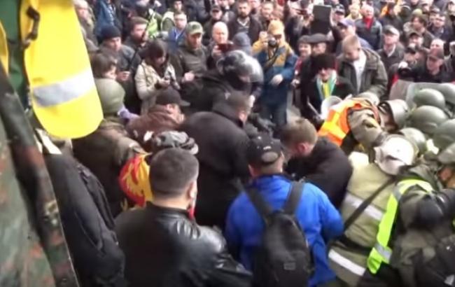 """""""Это вам не Россия"""": соцсети отреагировали на избиение полицейского под Радой"""
