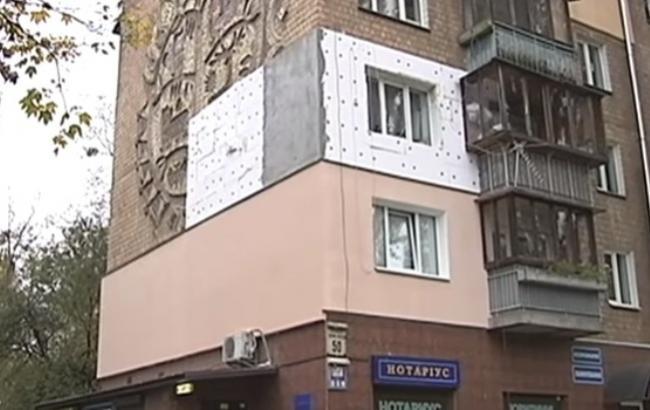 """В Киеве жильцы дома """"утеплили"""" мозаику пенопластом"""