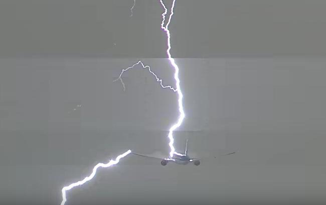 Фото: удар молнии (скриншот с видео)