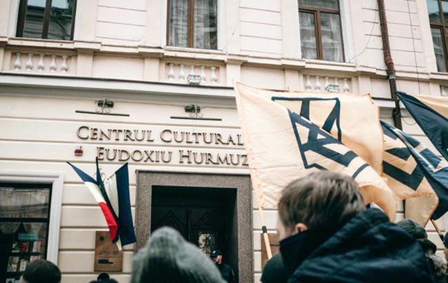 Фото: Митинг под стенами румынского культурного центра в Черновцах (nationalcorps.org)
