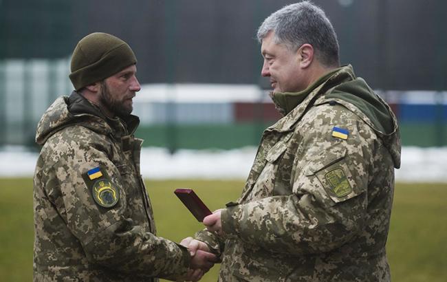 Фото: Петро Порошекно вручає нагороди військовослужбовцям (president.gov.ua)