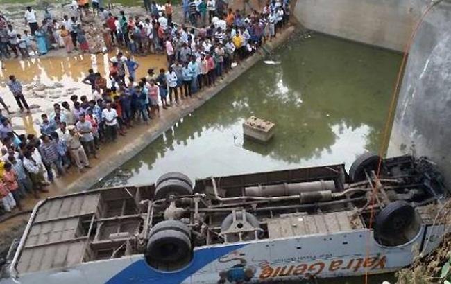Фото: в Индии автобус упал в реку, есть жертвы (India Today)