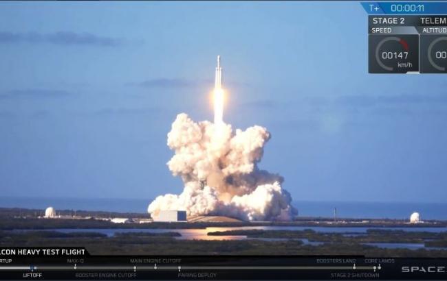 SpaceX успешно запустила ракету Falcon Heavy с автомобилем Tesla