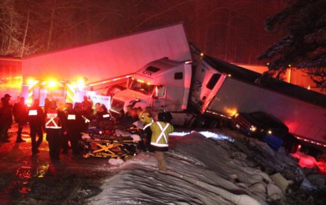 В Канаде произошло масштабное ДТП с участием автобусов и фур, есть пострадавшие