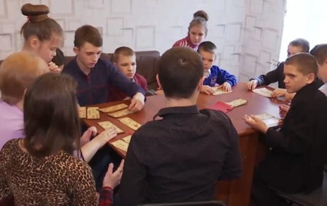 Терпіння і витримка: родина переселенців з Донбасу виховує 12 прийомних дітей