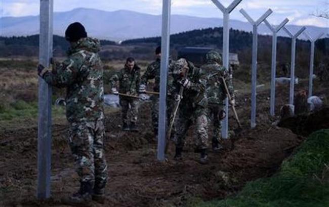 Фото: строительство металлического забора на границе Македонии с Грецией