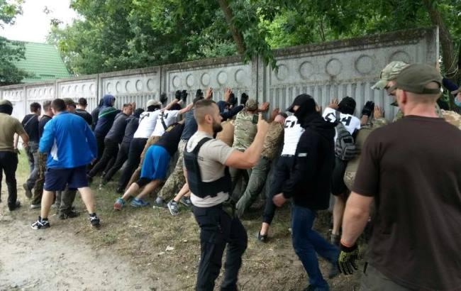 """""""Мажори закрили доступ до Дніпра"""": активісти С14 влаштували погром паркану під Києвом (фото)"""