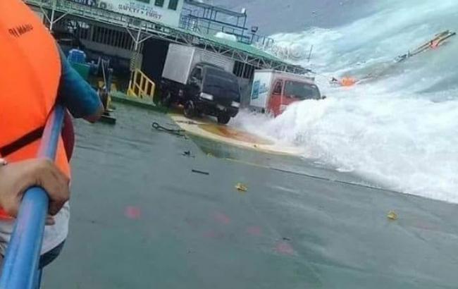 Фото: крушение парома в Индонезии (twitter.com/Sutopo_PN)