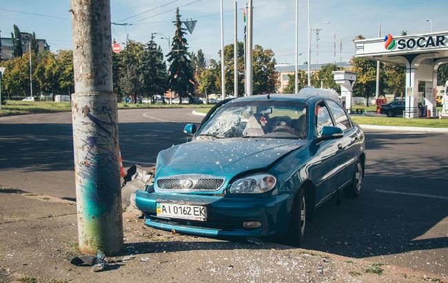 Фото: Ланос врізався у стовп (kiev.informator.ua/Глеб Пархомець)