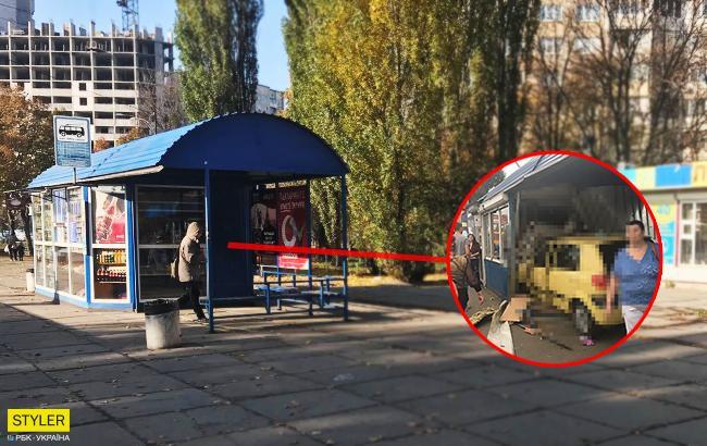 ДТП у Києві: автомобіль влетів в кіоск на зупинці Окружної (фото)