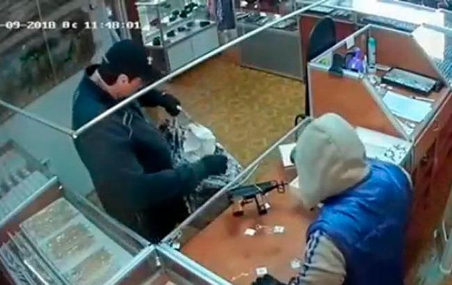 Фото: ограбление ювелирного магазина в Черновицкой области cv.npu.gov.ua)