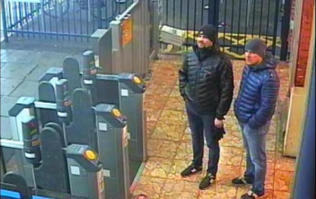 Фото: обвинувачені в отруєнні Скрипалів (скрін з відео камер спостереження)