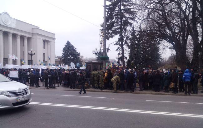 Фото: протестующие собрались под зданием парламента