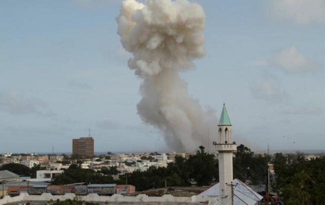 Фото (Reuters): взрыв в столице Сомали