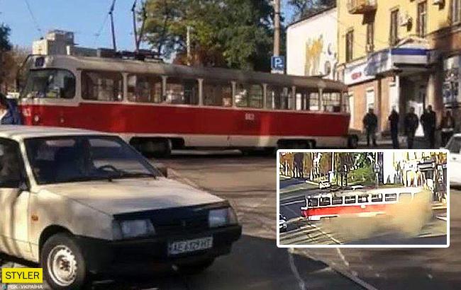 В Днепропетровской области трамвай совершилпируэт и вылетел на тротуар