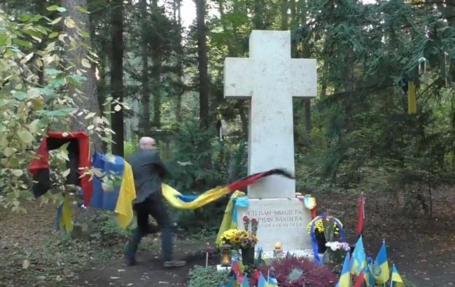 Поліція Мюнхена перевіряє обставини вандалізму на могилі Бандери