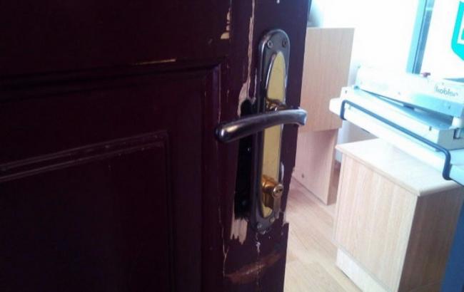 Фото: поврежденная дверь в горсовете Полтавы
