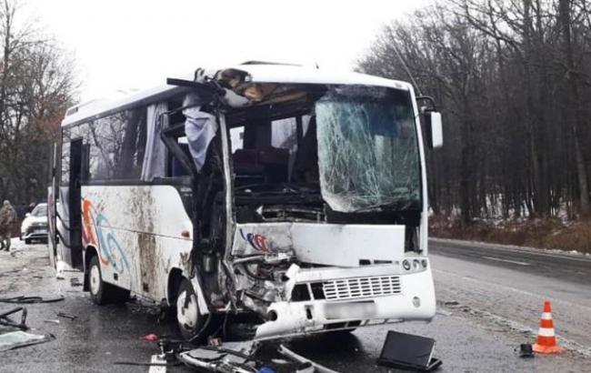 У Хмельницькій області пасажирський автобус зіштовхнувся з вантажівкою, є постраждалі